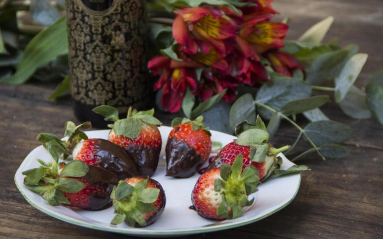 Strawberries with chocolate and Sublime Blend EVOO